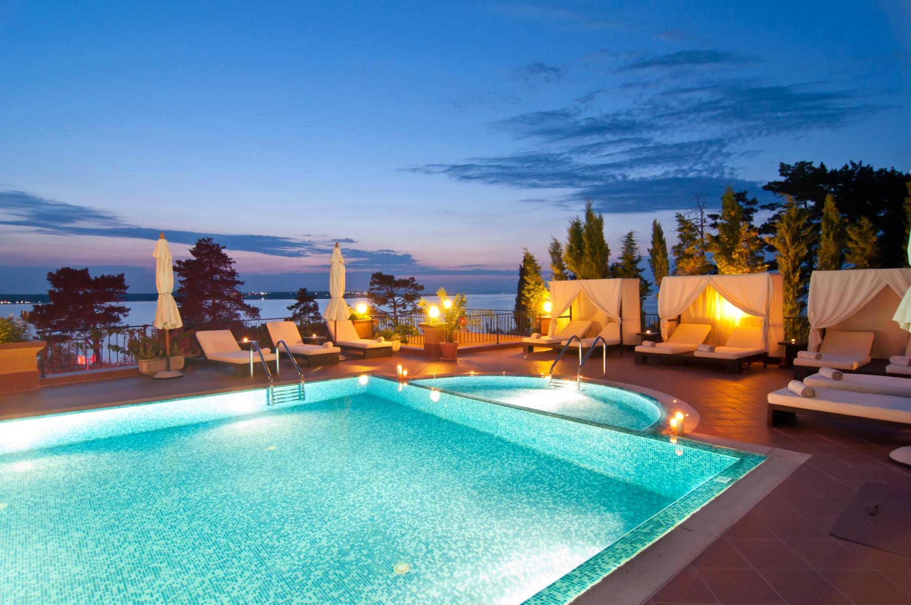 illuminazione notturna piscina