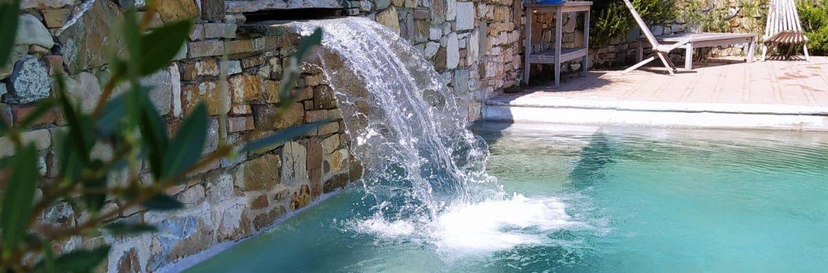 Piscina a sfioro su un lato con cascata e idromassaggio